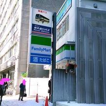 高速バス営業所とファミマのすぐ隣のビル