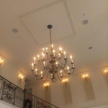 天井も高く照明もおしゃれです