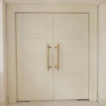 白を基調とした披露宴会場入口