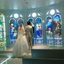 ステンドグラスの青がとてもきれい