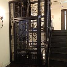 エレベーターがレトロでかわいいです。