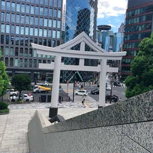 都市の中にある神社。