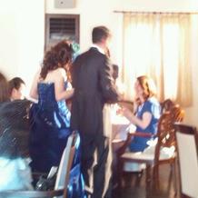 ブルーのドレス&黒のタキシード