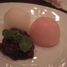デザートのアイスが紅白
