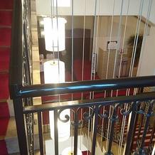 階段から下層階を見た構図です。