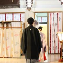 男性は黒か金か銀の紋付袴です