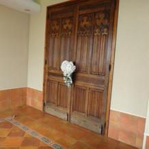 教会の扉もアンティークで素敵。