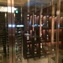 受付に3000本のワイン