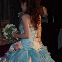 お花いっぱいのブルーのカラードレスです