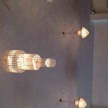 7メートルある天井と豪華なシャンデリア