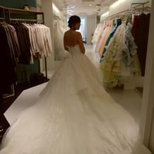 トレーンが長いドレス