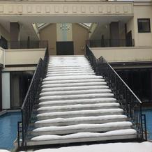 中央に存在感のある水上階段。