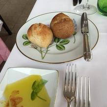 パンにはオリーブオイルが付いてきます。