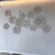 この壁に装飾し、ゲストを迎えます。