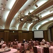 天井が高く、王道の披露宴