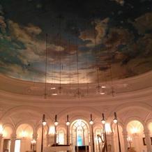 天井は丸くなっている