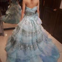 淡いブルーのドレス