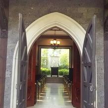 チャペルから中庭への扉