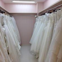 ウェディングドレスも幅広く広く揃っている