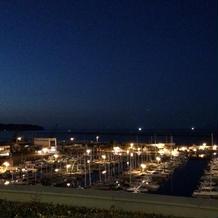 エントランスから見える港 夜