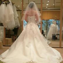 本番用ドレスの後ろ姿の写真です。