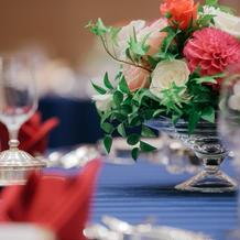 装花のグラス、ナプキンの折り方も選択可。