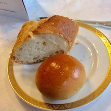 パンには2人で一皿のバターがついています