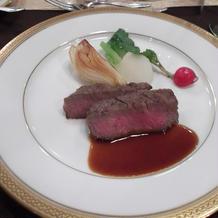 国産黒毛和牛肉の料理 季節の野菜を添えて