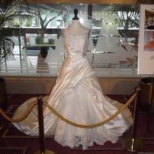ロビーのウエディングドレス
