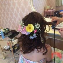 髪飾りは生花で