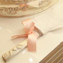 ケーキ入刀のリボンもドレスと合わせた