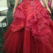 上品な赤のカラードレス