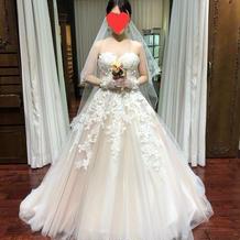 ピンクベージュのウエディングドレスです。