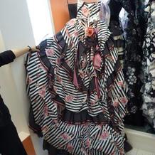 TUTUのドレス。サロン内では派手目の柄