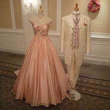 会場に展示されていた落ち着いた色のドレス