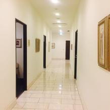 親族控え室前の廊下