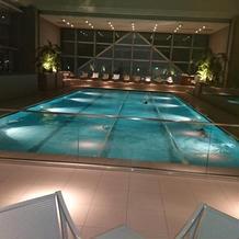 宿泊施設にはプールが高層にあります。