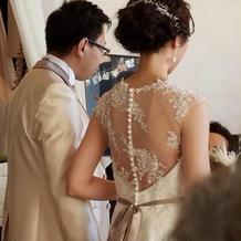 ドレスとタキシードです。