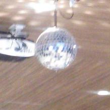 大きめの披露宴会場にはミラーボールあり