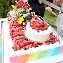 虹をイメージしたウエディングケーキ