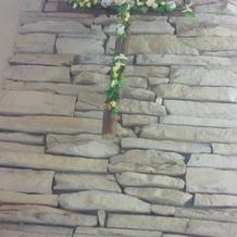 十字架。人前式のときは花輪に変更。