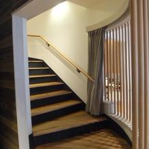 3階の控室から階段を降りて入場です