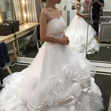 バラやリボンが飾られたドレス。