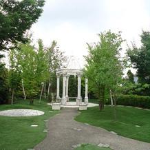 ガーデンでの人前式も可能。