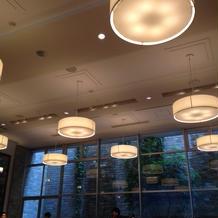 天井が高く、照明で明るい