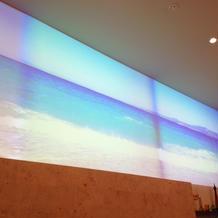 白い壁が巨大なスクリーンになる