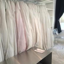 たくさんのドレスがあります