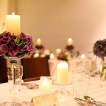 テーブルの上のお花とキャンドル。