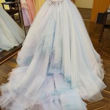 水色や紫が入ったドレス