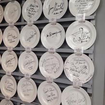 入り口にあるお皿のサイン